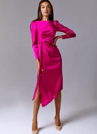Атласное вечернее платье с разрезом цвета фуксия