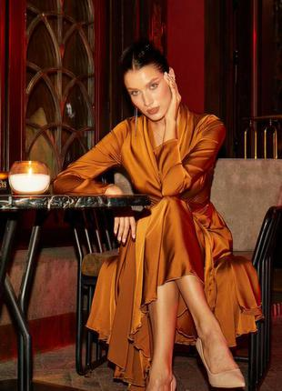 Атласное вечернее  платье миди на запах бронзового цвета