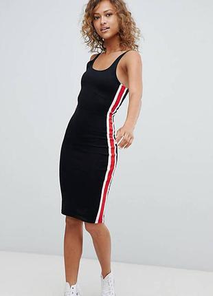 Черное облегающее платье с полосками лампасами сбоку pull&bear
