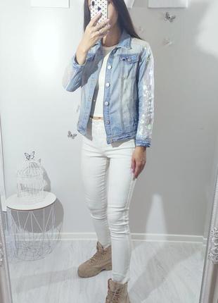 Светло голубая джинсовка джинсовая куртка с пайетками на рукавах