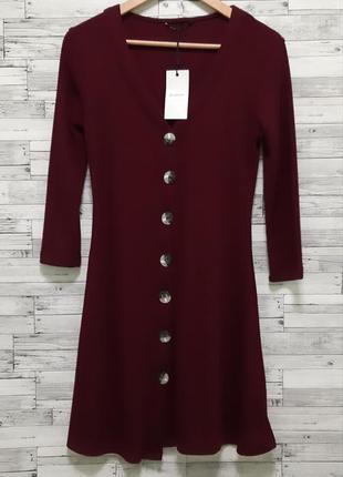 Красивое новое бордовое платье на пуговицах