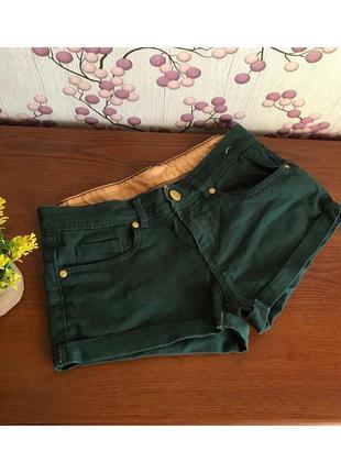Короткие джинсовые шорты изумрудного цвета