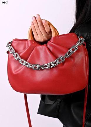 Женская красная сумка с деревянными ручками и цепочкой