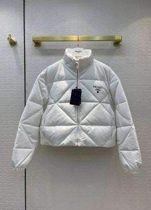 Женская белая стеганая куртка в стиле prada пуховик прада re-nylon gabardine cropped down jacket