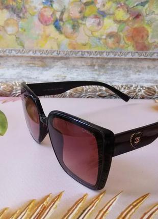 Модные коричневые солнцезащитные женские очки с сердечком на дужке