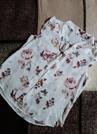Невесомая цветочная блуза с рюшами и бантом-галстуком