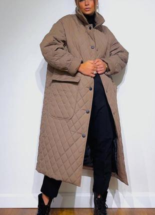 Трендовое оверсайз стеганное пальто деми осеннее женское удлиненное