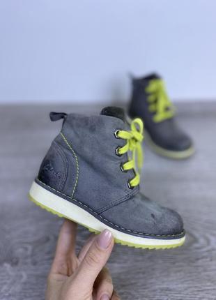 Стильные классические ботинки clarks