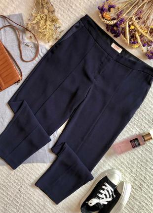 Классические зауженные брюки с кантами тёмно-синего цвета