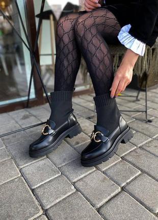 Стильные женские осенние ботинки лоферы выполнены из экокожи в черном цвете
