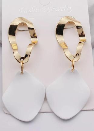 Белые серьги лепестки золотистые сережки