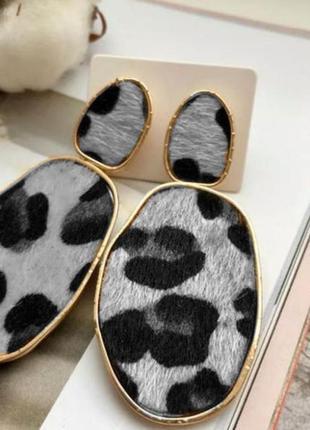 Леопардовые серьги серые сережки