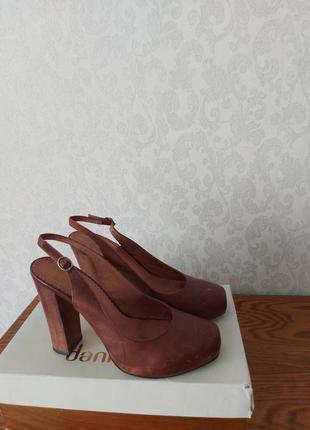 Туфли босоножки фирменные натуральная кожа босоножки на каблуке