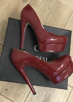 Кожаные дизайнерские туфли на высоком каблуке