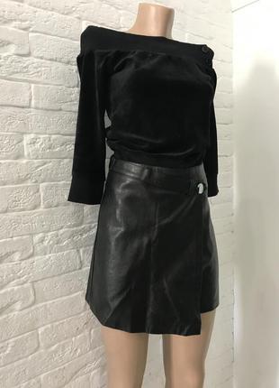 Чёрная кофта с открытыми плечами