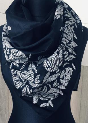 Стильный платок в принт розы