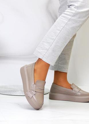 Бежевые кожаные туфли лоферы