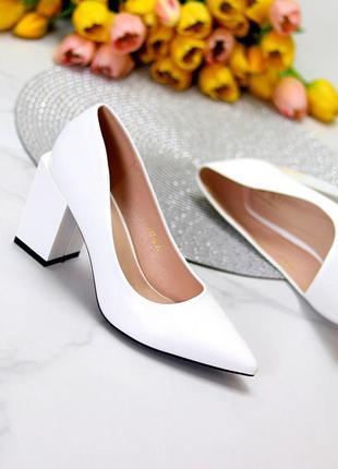 Белые туфли лодочки на толстом каблуке