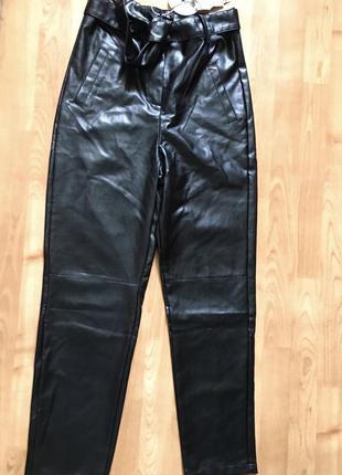Новые чёрные штаны кожаные под кожу с ремнём