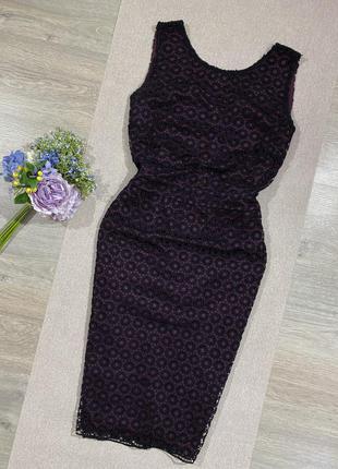 Актуальное платье по фигуре с ажурным верхом.