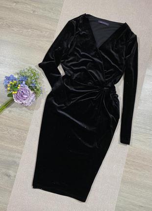 Шикарное платье по фигуре с мелким блеском.