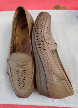 Туфлі в дирочки.