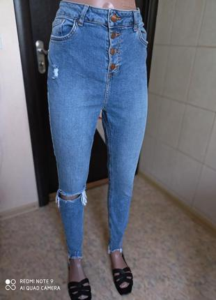 Крутые джинсы с высокой посадкой и рваными краями