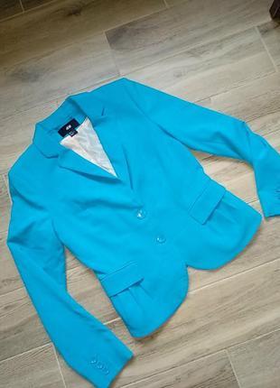 Ярко голубой приталенный пиджак размер 38