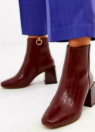 Очень стильные с широким каблуком ботиночки 42-43 размера.
