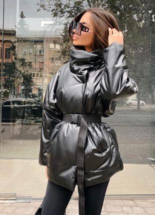 Стильная курточка с поясом в наличии в цветах из эко-кожи