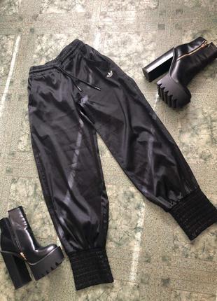 Штаны джогеры атласные с широкими манжктами