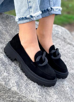 Замшевые туфли лоферы с цепью