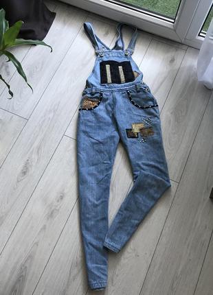 На осінь джинсовий комбінезон/стильно виглядає