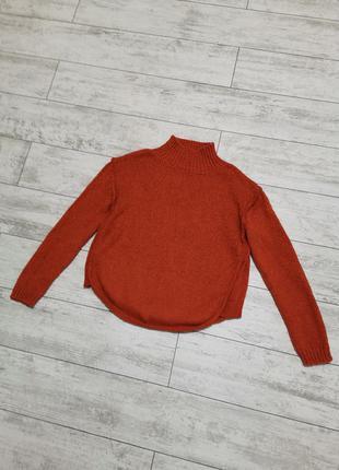 Яркий оранжевый свитер с горлом