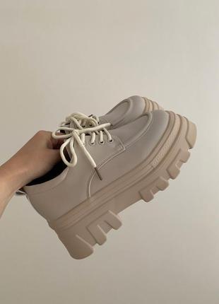 Туфли бежевые  на шнуровке на масивной тракторной подошве