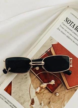 Стильные солнцезащитные очки с маленькой уценкой.