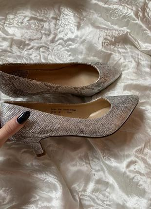 Серебристые туфли на небольшом каблучке