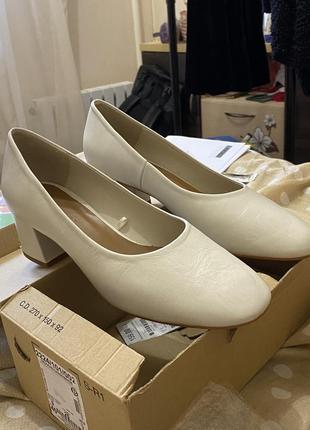 Белые, кремовые туфли трендовые