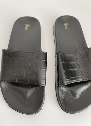 Шлепанцы черные с тиснением под крокодила 39 размер.
