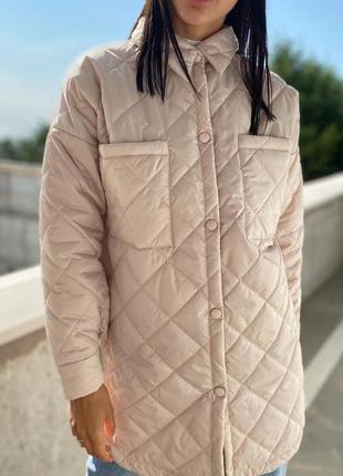 Бежевая стеганная куртка рубашка на кнопки без капюшона