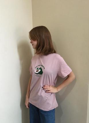 Розовая футболка с принтом авокадо
