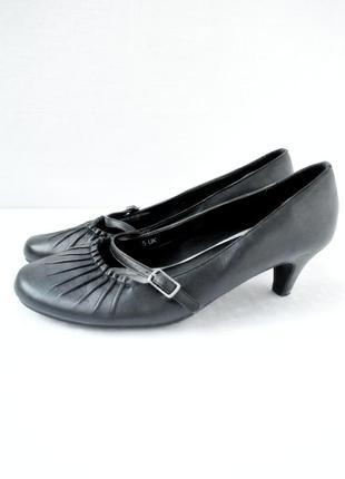 Стильные модные кожаные туфли footglove на каблуке. размер uk5/ eur38.