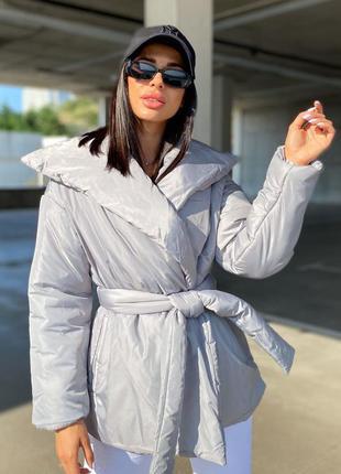 Светло серая дутая куртка на запах с ремешком