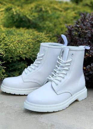 Білі черевики на шнурівках