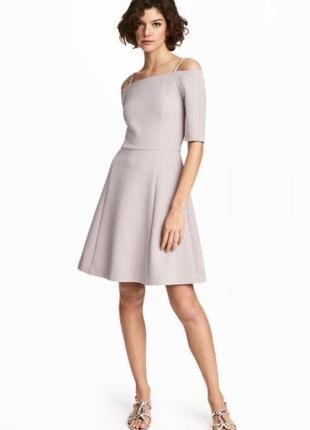 Красивое креповое платье со спущенными рукавами