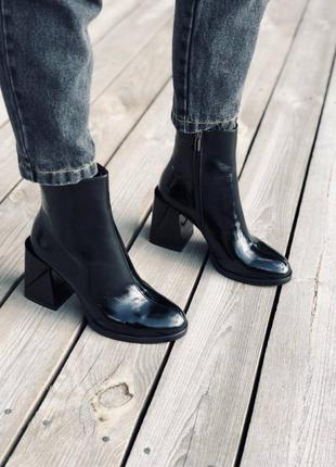 Ботинки на каблуке из натуральной лаковой кожи