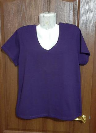 Фиолетовая футболочка размера 50.
