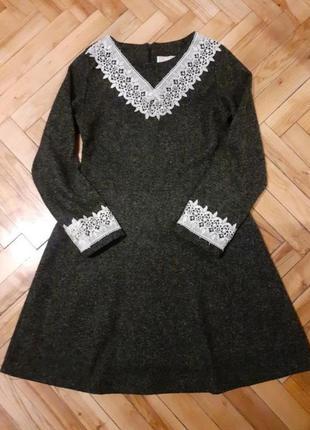 Теплое платье с кружевом