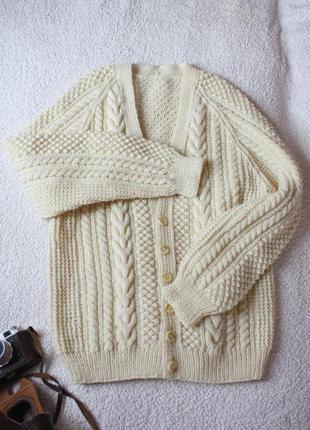 Теплый кардеган . свитер цвета на пуговицах молочного