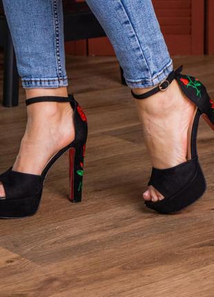 Женские стильные босоножки на высоком каблуке с вышивкой